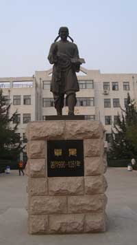 A Chinese statue of Pi Sheng. (View Larger)